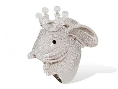全白钻设计的小白兔或许是这一系列里人气最高的一枚
