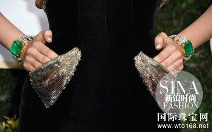 """和老公一同现身在红毯上""""虐单身狗""""的Blake Lively佩戴了一对有着art deco风格的Lorraine Schwartz手镯,偌大的祖母绿宝石在钻石的衬托下显得华美万分。"""