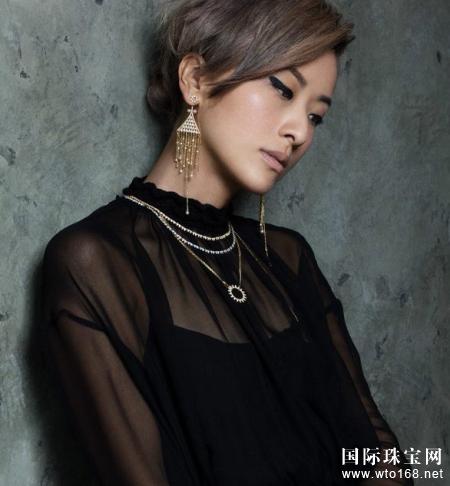 徐濠萦亮相珠宝品牌APM Monaco广告大片,并演绎最新系列Mysterieuse单品