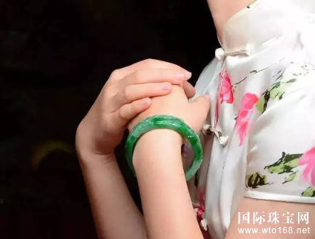翡翠物语:便宜的翡翠手镯有什么特点