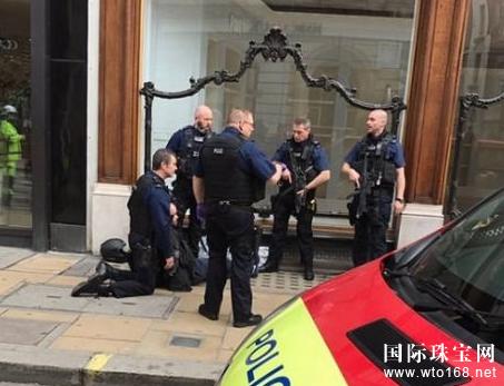 伦敦珠宝店遭盗贼砸抢 老人抡雨伞将其击退