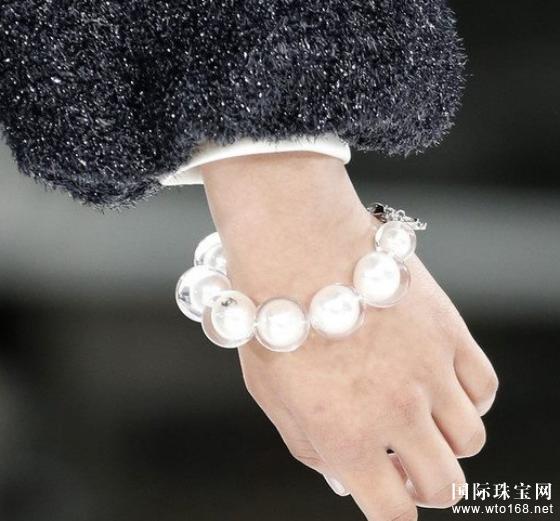 吸睛进阶术:珍珠和混搭戒指才是今冬检验潮人的新标准