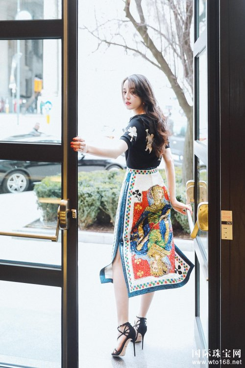 迪丽热巴亮相DG秀场 纸牌印花半裙散发梦幻气质