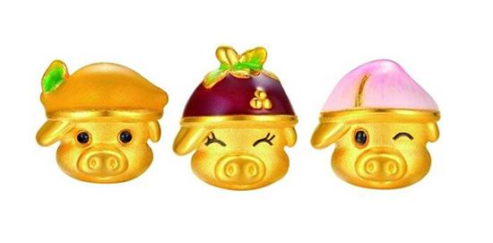 """以可爱的猪宝宝为主题造型,推出多款金饰摆件及""""圆愿系列""""足金金饰."""