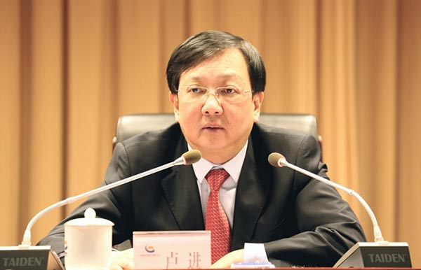 集团公司党委书记、董事长,中金黄金董事长卢进出席会议并作讲话