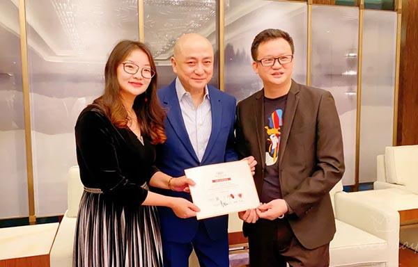 ▲ 香港明星刘锡明先生见证幸福,合影留念