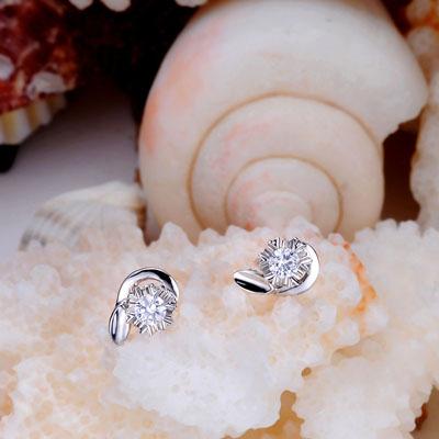 周大金―钻石耳钉